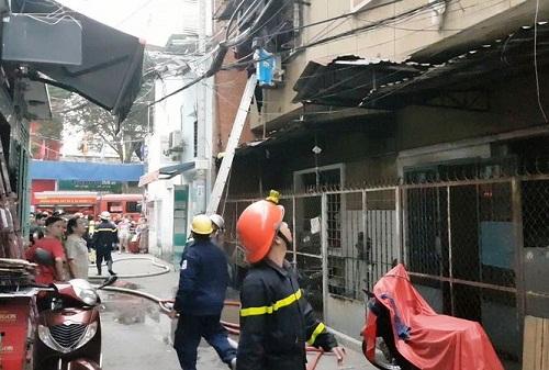 Cảnh sát PCCC TPHCM giải cứu thành công hai mẹ con bi bị mắc kẹt trong đám cháy