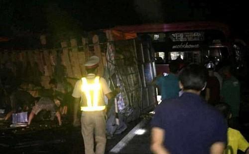 Thừa Thiên- Huế: Nhiều hành khách bị thương sau khi xe khách chở 30 người đâm vào vách núi