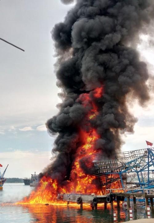 Tàu chụp mực bốc cháy dữ dội tại cảng Kỳ Hà, Quảng Nam