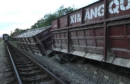 Xác định nguyên nhân ban đầu vụ tàu hàng bị trật bánh làm 2 toa lật nghiêng ở Nghệ An