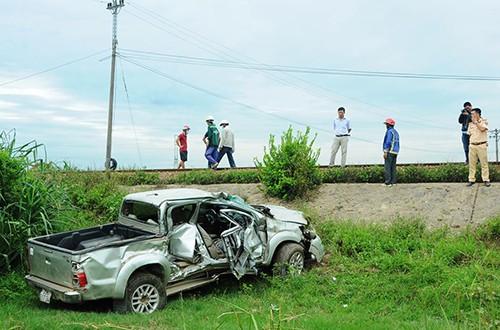 Quảng Ngãi: Băng qua đường sắt thiếu quan sát, ô tô bán tải bị tàu hỏa hút văng, 1 người tử nạn