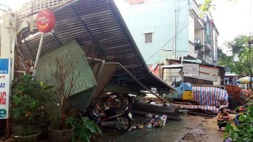 Nhà bất ngờ đổ sập trong cơn mưa chiều, 7 người thoát chết