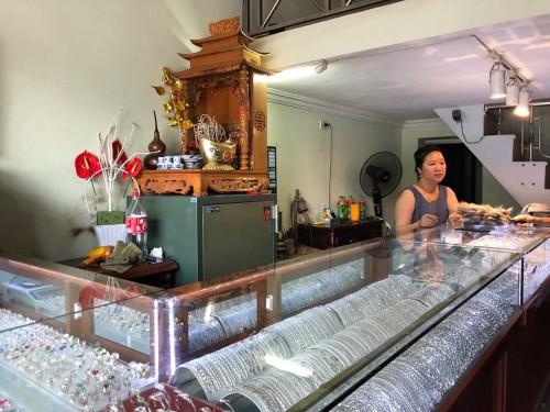 Tên cướp táo tợn giật phăng túi nhẫn từ tay chủ tiệm vàng ở Hà Nội