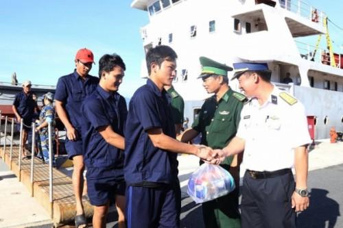 Tàu thuộc Vùng 4 Hải quân đã đưa 31 ngư dân gặp nạn trên biển đã vào bờ an toàn