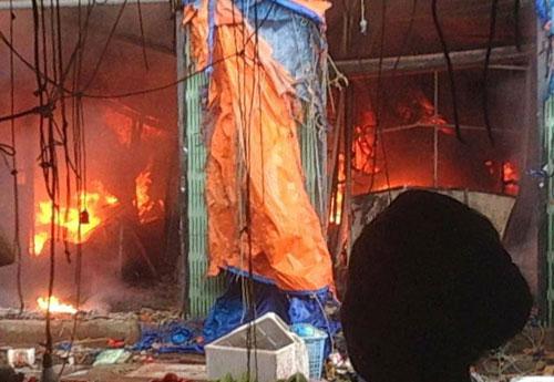 Chợ Sóc Sơn cháy dữ dội lúc rạng sáng