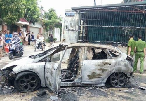 Thanh Hóa: Tài xế lùi xe vào đống rác đang cháy, ô tô bị thiêu rụi