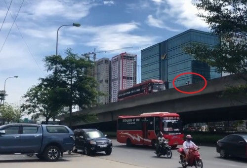 Công an vào cuộc xác minh vụ xe máy ép xe khách lùi ở đường trên cao