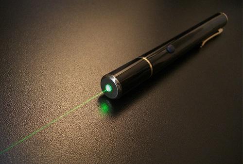 Bé trai 9 tuổi ở Hy Lạp bị thủng võng mạc vì chơi bút có đèn laser