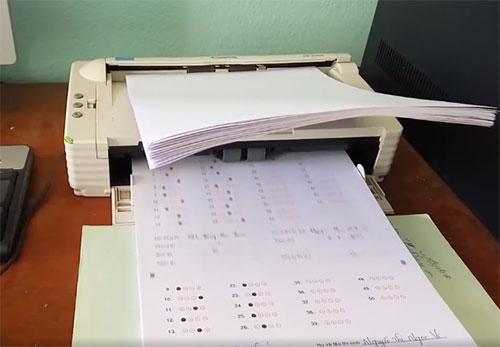 Hai thanh tra chấm thi tại Hà Giang vắng mặt không phép trong buổi quét bài thi trắc nghiệm