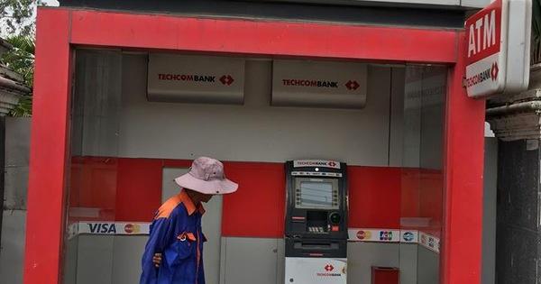 TPHCM: Truy tìm kẻ dùng xà beng cạy nát cây ATM để trộm tiền