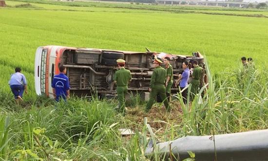 Nghệ An: Xe buýt lao xuống ruộng, 1 phụ nữ tử vong tại chỗ