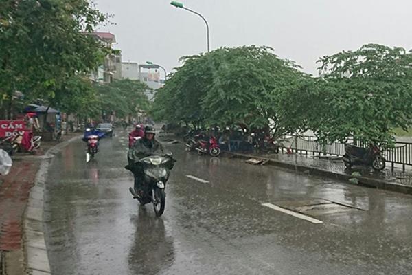 Bắc Bộ tiếp tục mưa lớn; Trung Bộ nắng nóng kéo dài