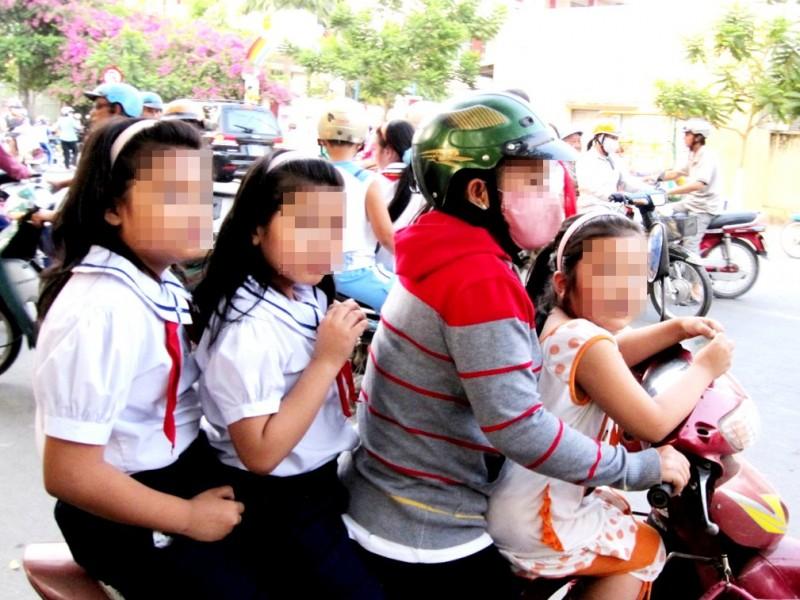 Tập trung xử lý hành vi chở trẻ em không đội mũ bảo hiểm
