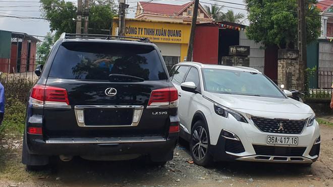 Tạm giữ xe sang biển số 'khủng' trong vụ dân đánh trống, bao vây nhóm côn đồ phá cổng làng ở Thanh Hóa