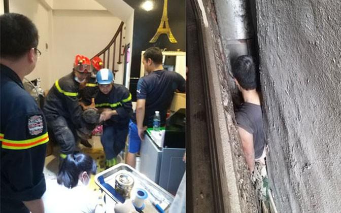 Kịp thời giải cứu người đàn ông bị mắc kẹt giữa 3 ngôi nhà ở Hà Nội