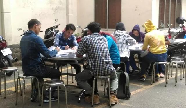 Nhiều người dân đến Công an TP HCM tố cáo công ty Alibaba