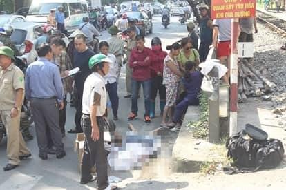 Hà Nội: Chạy từ con ngõ nhỏ, lao qua đường ray ở cự ly gần, người đàn ông bị tàu hoả đâm tử vong