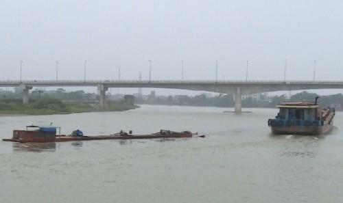 Nam Định: Tàu chở hơn 1.000 tấn xi-măng bị chìm trên sông Đào