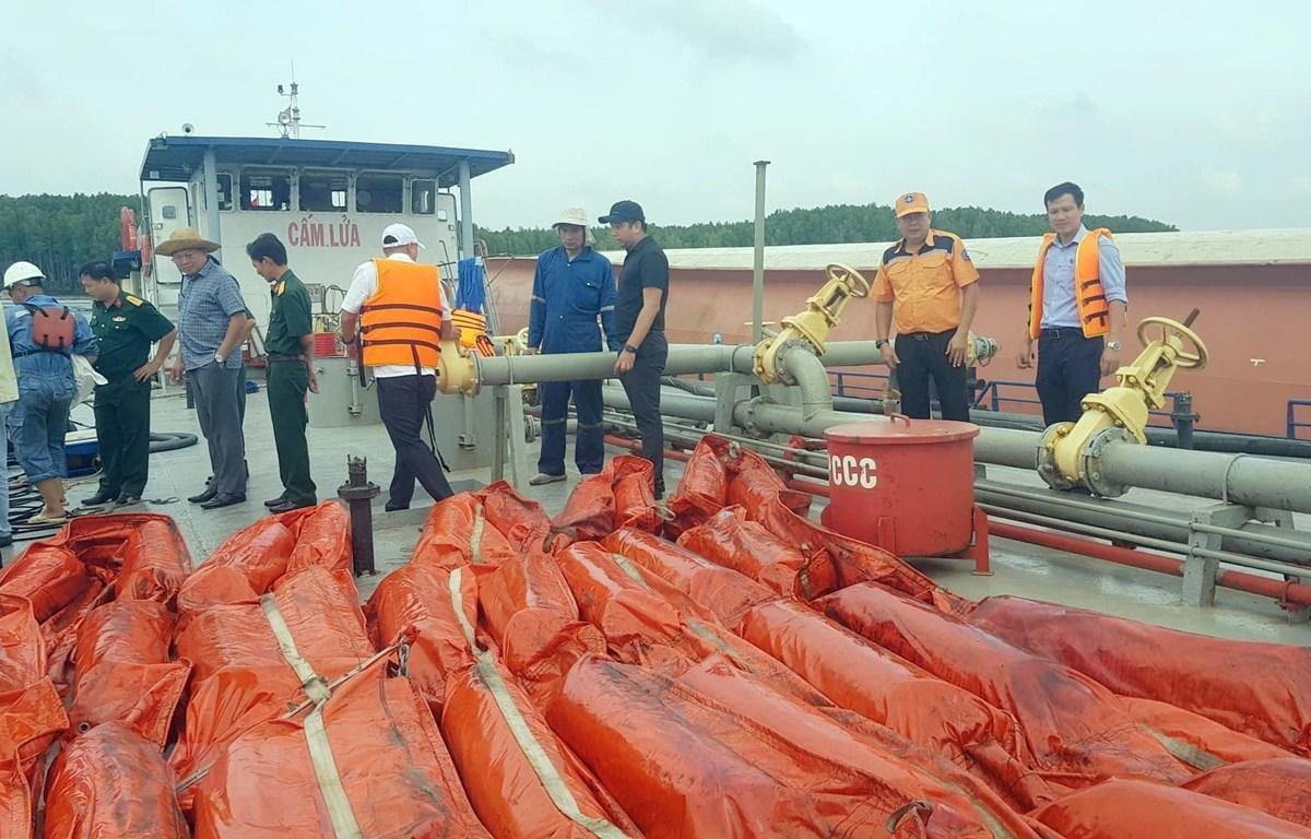 Vụ chìm tàu trên sông Lòng Tàu: Khẩn trương hút 150 tấn dầu khỏi tàu