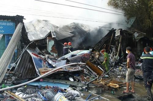 Bình Dương: Cháy 3 ki- ốt lúc rạng sáng, phát hiện 1 thi thể trong đống đổ nát