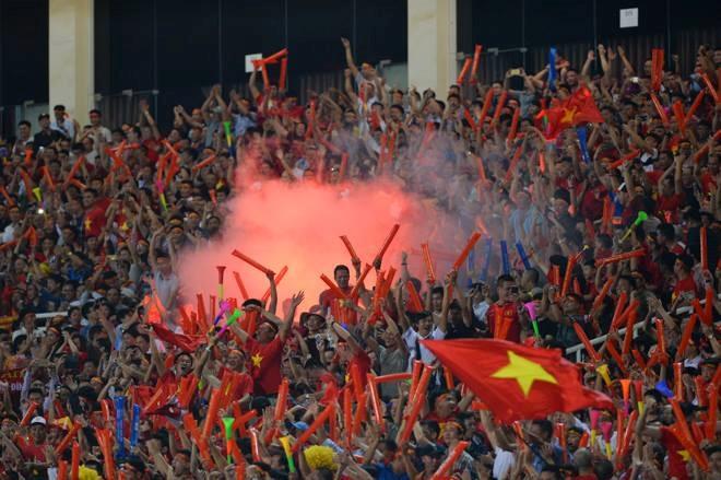 Phớt lờ lệnh cấm, CĐV vẫn đốt pháo sáng: ĐT Việt Nam có nguy cơ đá sân trung lập, không khán giả