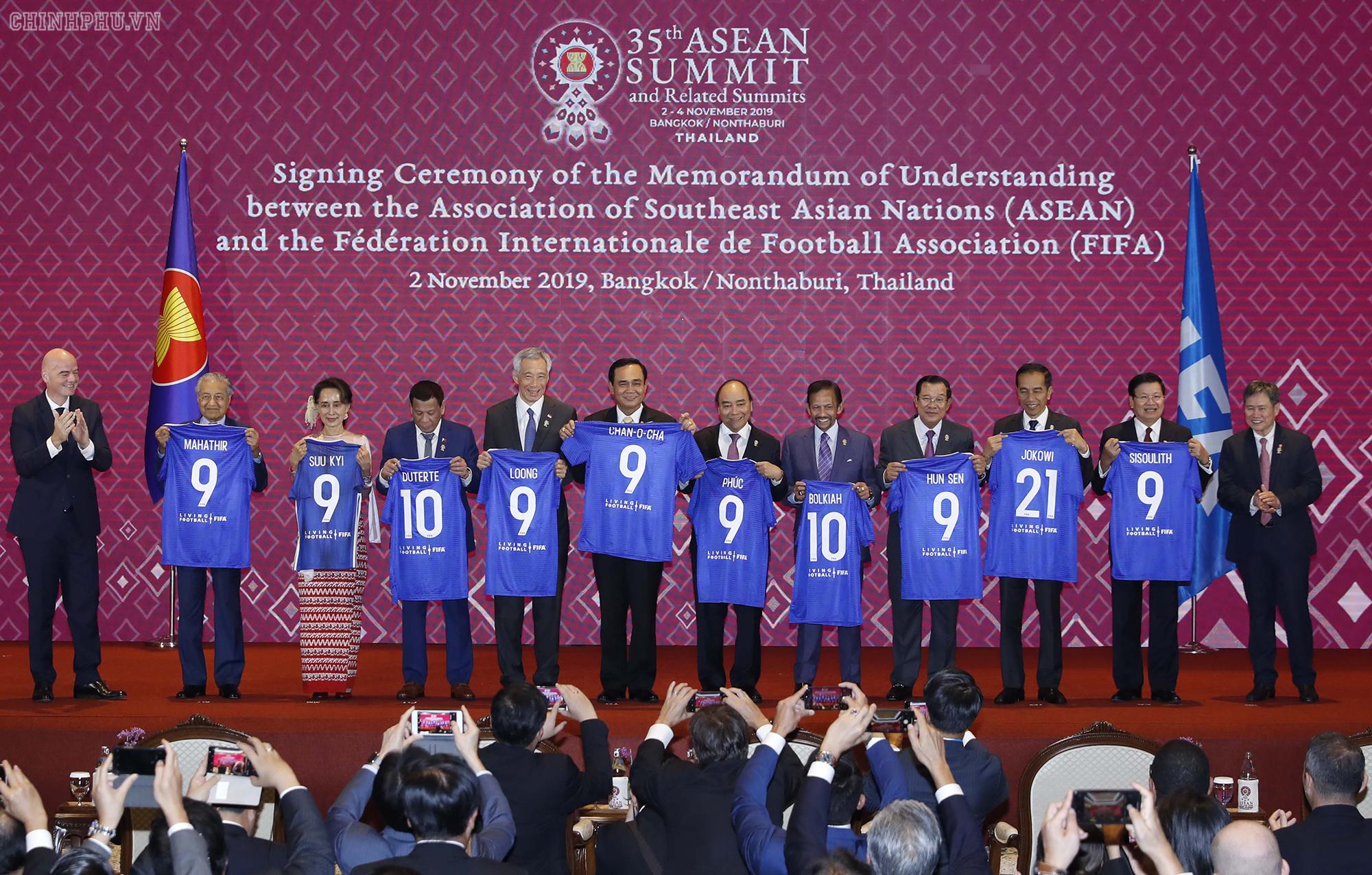 Thủ tướng chứng kiến ASEAN và FIFA ký bản ghi nhớ hợp tác