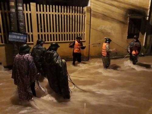 Mưa lớn suốt 6 tiếng đồng hồ, TP Đông Hà ngập lụt trên diện rộng, 2 người mất tích