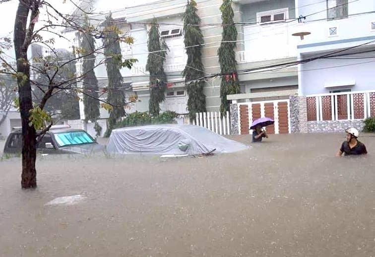 Mưa to liên tục, nhiều tỉnh thành Trung Bộ ngập chìm trong nước