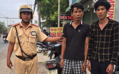 TPHCM: CSGT dùng xe đặc chủng đuổi bắt, tóm gọn 2 tên trộm