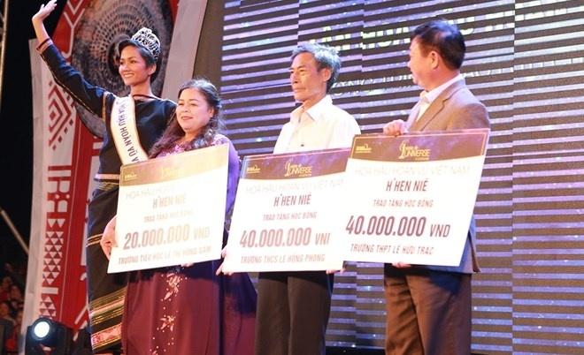 Hoa hậu H'Hen Niê trao học bổng cho học sinh tại quê nhà