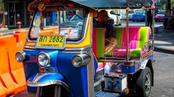 trai nghiem phong trien lam nghe thuat luu dong tren xe tuk tuk o bangkok