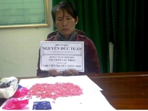 ha tinh bat khan cap doi tuong giau 1400 vien hong phien trong ao khoac