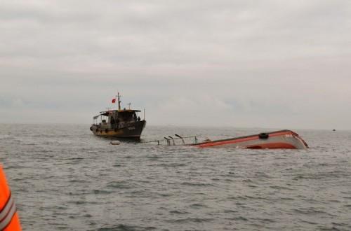 Bình Thuận: Tìm kiếm 2 ngư dân mất tích sau khi tàu cá chìm trên biển