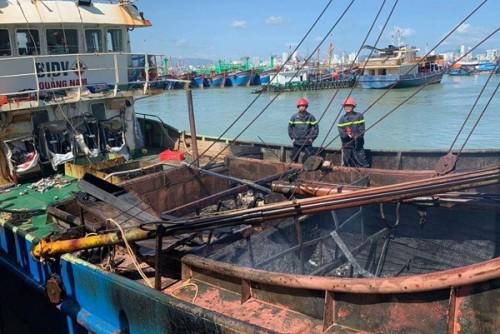 Khánh Hòa: Điều tra, làm rõ một vụ cháy tàu cá vỏ sắt đang neo đậu ở khu vực cảng cá Hòn Rớ