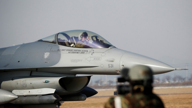 Tiêm kích F-16 Mỹ cháy động cơ, trút nhiên liệu xuống hồ ở Nhật Bản