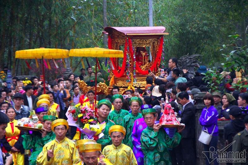 Hàng nghìn người dân vẫn chen lấn xin lộc đền Gióng
