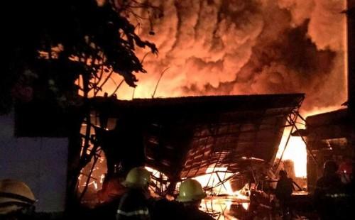 TP.HCM: 3 giờ chiến đấu với đám cháy lớn tại kho chứa dầu