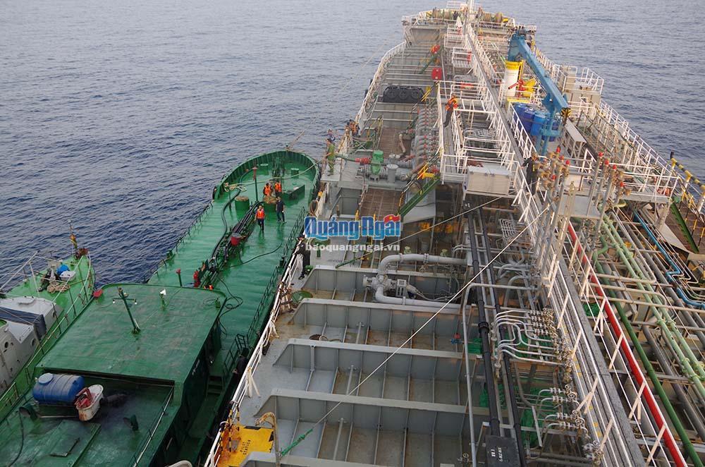 Bắt giữ hai tàu sang chiết xăng lậu số lượng lớn tại biển Quảng Ngãi