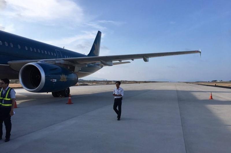vu may bay ha canh nham duong bang vietnam airlines xin loi khach hang