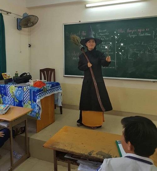 Để học sinh có hứng ôn thi môn Văn, cô giáo hóa trang thành phủ thủy