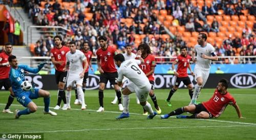 Pha làm bàn ở phút 90 giúp Urugoay thắng Ai Cập với tỉ số 0-1