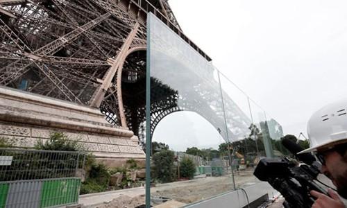 Hàng rào bằng kính dày 6,5 cm tạo thành hai mặt bảo vệ tháp Eiffel trị giá 40 triệu USD