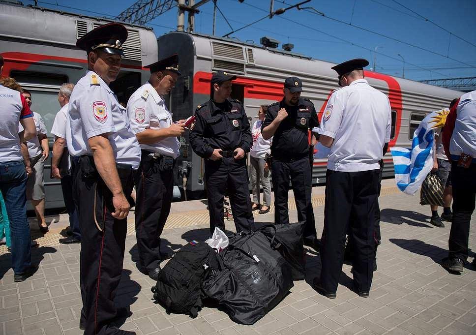 Cổ động viên Anh cướp súng của cảnh sát Nga?