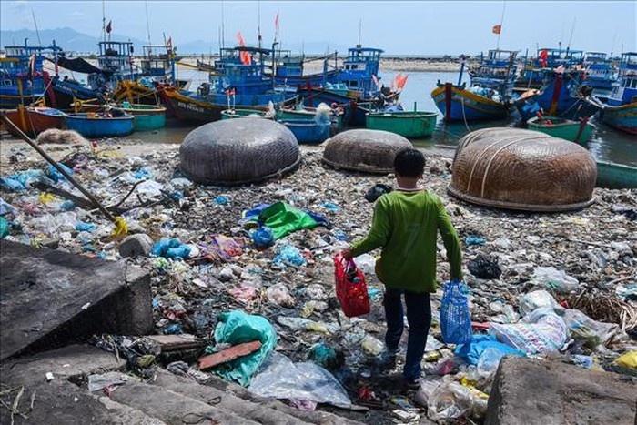 Triển lãm ảnh đầu tiên về rác thải nhựa ở Việt Nam mang tên 'Hãy cứu biển'