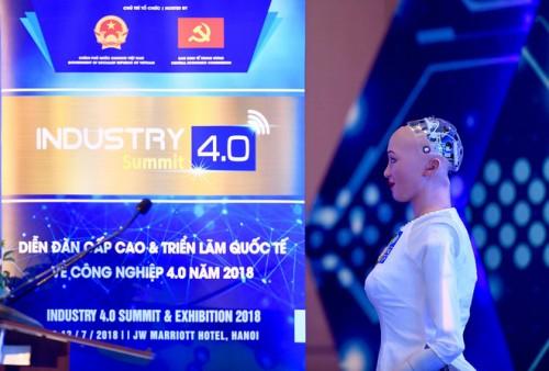 Sophia, công dân robot đầu tiên mặc áo dài khi đến Việt Nam và bài phát biểu về cách mạng công nghiệp 4.0