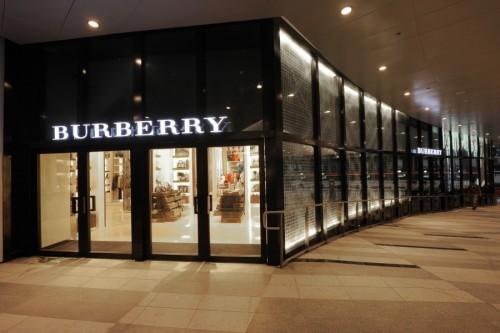 """Hãng thời trang Burberry """"tự tay"""" tiêu hủy 38 triệu USD quần áo"""