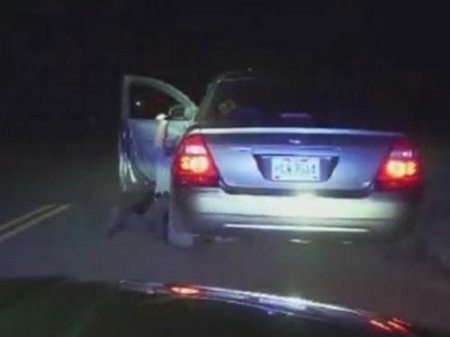 Một cảnh sát ở Mỹ bị kéo lê gần 2km khi ngăn cản ô tô phạm lỗi chạy trốn