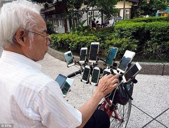 cu gia 70 tuoi o dai loan dap xe cho 11 smartphone di bat pokemon