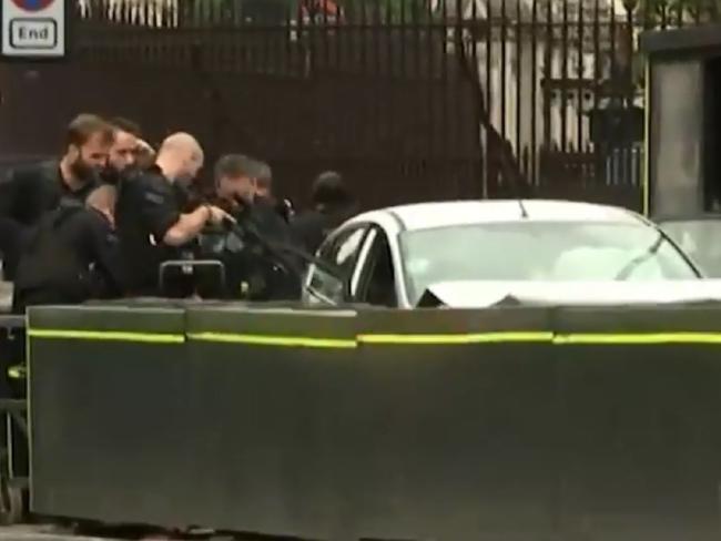 Xe đâm vào rào chắn bên ngoài Quốc hội Anh, nhiều người đi bộ bị thương