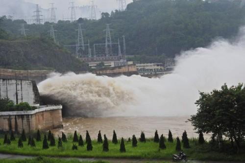 Thủy điện Hoà Bình đóng 1 cửa xả đáy
